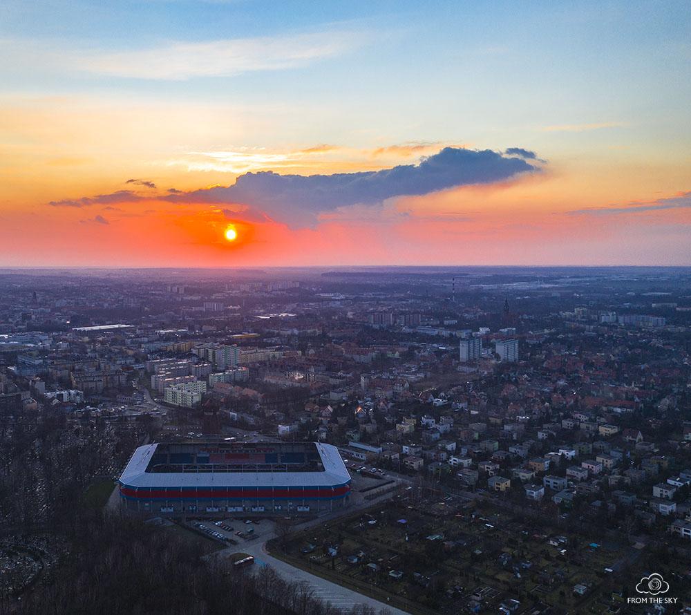 Zachód słońca nad stadionem gliwickiego Piasta.