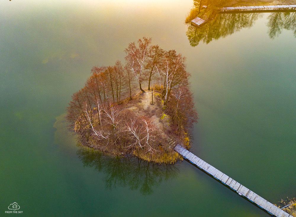 Wysepka na jeziorze.